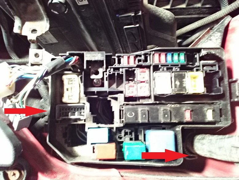 locate and open the 8 clips around the outside of the fuse box (there are 2  on each side) no picture for this  once you get these opened you can split